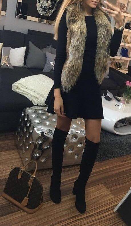 Pelzschal + schwarzes Kleid & knielange Stiefel