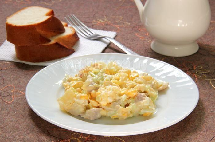 Салат курица кукуруза сухарики сыр