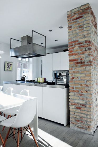 kitchenstyle: Brick Wall, Interiors Design, Kitchens Brick, Exposed Brick, Expo Brick, Open Kitchens, Kitchens Cabinets, Accent Wall, White Kitchens
