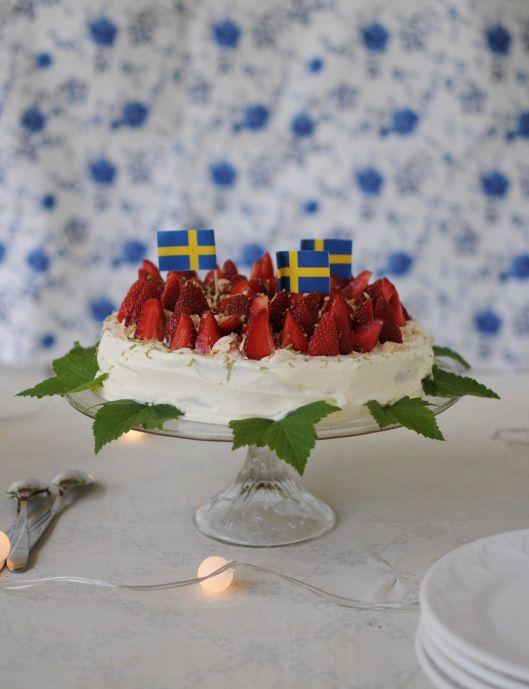 Sommartårta med jordgubbar och maränger.
