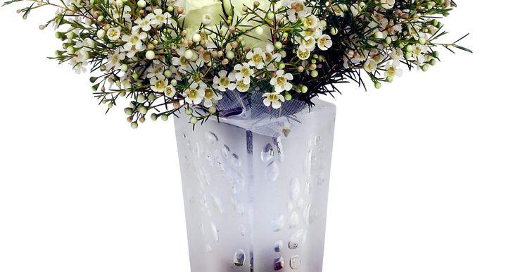 Cómo limpiar manchas de agua dura en un jarrón de cristal. Tu jarrón de cristal luce precioso lleno de flores frescas de primavera. A medida que pasa el tiempo y el agua en él empieza a evaporarse, puedes notar anillos de aspecto sucio o vetas dentro de tu jarrón. Estas manchas de agua dura no sólo son difíciles de alcanzar, sino que es complicado quitarlas sin arañar y raspar tu reliquia. Antes de sacar ...