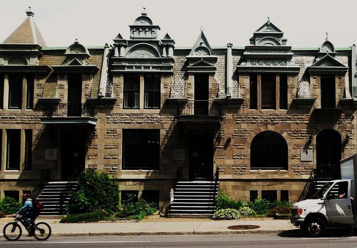 Construction: vers 1900. Le règne de la reine Victoria (1837-1901) est caractérisé par le romantisme. La mode est exubérante. Les toits se parent de lucarnes fantaisistes et de frontons finement ouvragés. Des façades de rue, au décor extravagant, apparaîssent un peu partout dans le quartier.