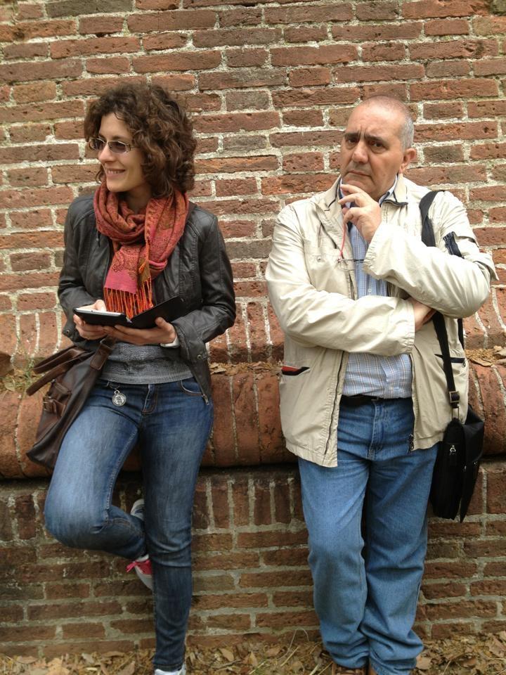 Siamo arrivati, Claudia e Andrea si riposano appoggiandosi alle mura cinquecentesche