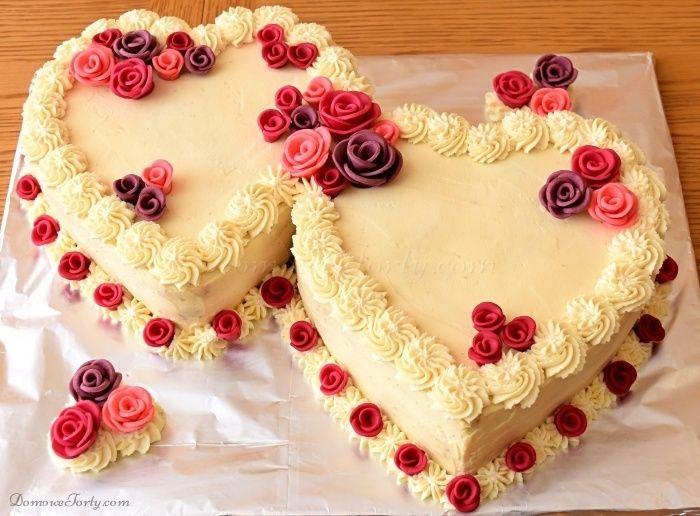 Pyszny Tort Rocznicowy – w kształcie dwóch, przytulonych do siebie serduszek, z dodatkiem cukrowych róż w ciepłych kolorach, jest idealnym tortem do świętowania ślubów i ich rocznic. Jego romantyczny wygląd to tylko jedna z zalet, które nadają mu uroczysty charakter…biszkopt został przełożny kremem, zrobionym na bazie śmietanki i mascarpone, z dość sporym dodatkiem likieru (tym …