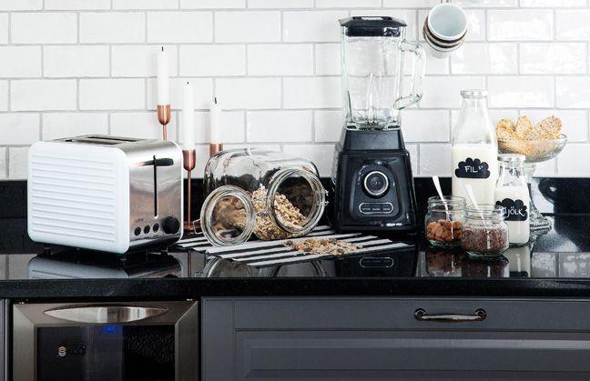 Ett kök i industristil med snygg inredning och köksmaskiner.