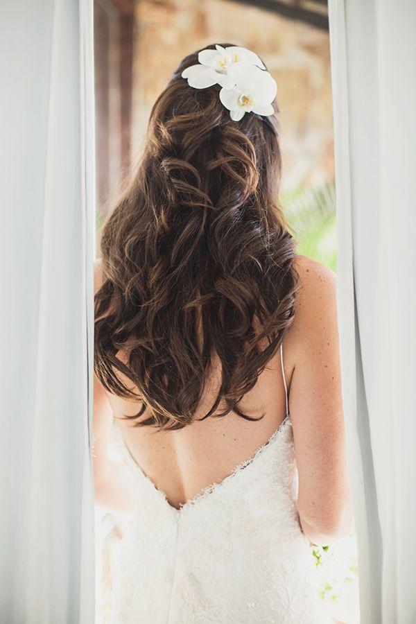Penteado de noiva para casamento na praia: cabelo meio preso com flores naturais orquídeas ( Penteado: G. Junior | Foto: Laura Campanella )