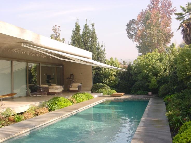 Disfruta de la terraza en familia con Toldos Arquitectónicos Luxaflex®