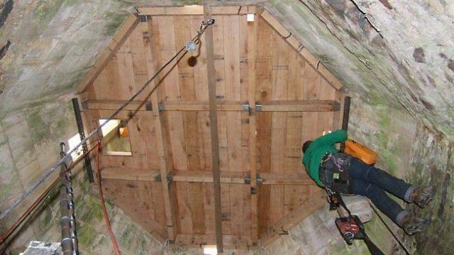 Trévé (Côtes-d'Armor) - Le terrasson du clocher de l'église est rénové. L'entreprise Bodet, de Saint-Brieuc, a procédé à la fourniture et à la pose des poutres, d'un plancher et d'une trappe. http://www.ouest-france.fr/le-terrasson-du-clocher-de-leglise-est-renove-2771445