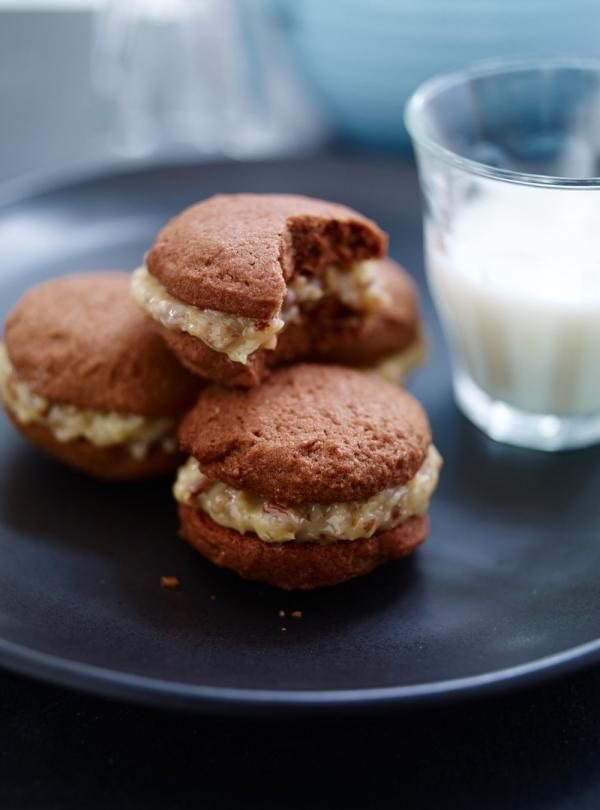 Recette de Ricardo de Biscuits sandwichs choco-allemands. Ces biscuits au chocolat sont un très bon dessert à offrir aux invités dans le temps des fêtes.