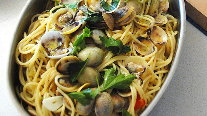 Spaghetti with baby clams (spaghetti alle vongole). Watch the video recipe.
