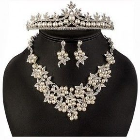 Set bijuterii Safiria - incantator prin designul floral, eleganta perlelor si stralucirea cristalelor.