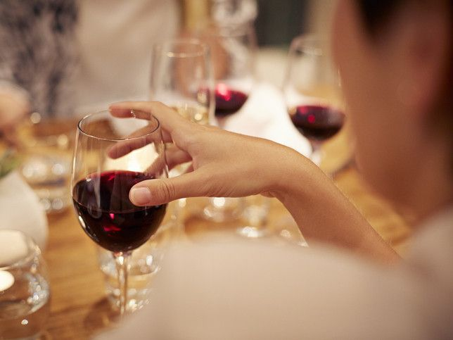 The Proper Way To Hold A Wine Glass Moderate Drinking Red Wine Calories In Red Wine