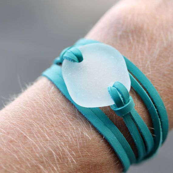 sur Etsy, chez the rubbish revival https://www.etsy.com/fr/listing/159563284/verre-de-mer-cuir-enveloppement-bracelet