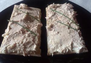 Tuňáka (může být i s olejem) rozmícháme s tvarohem, přidáme hořčici a nakrájenou cibuli. Dochutíme citronovou šťávou, solí a pepřem.   Můžeme podáva...
