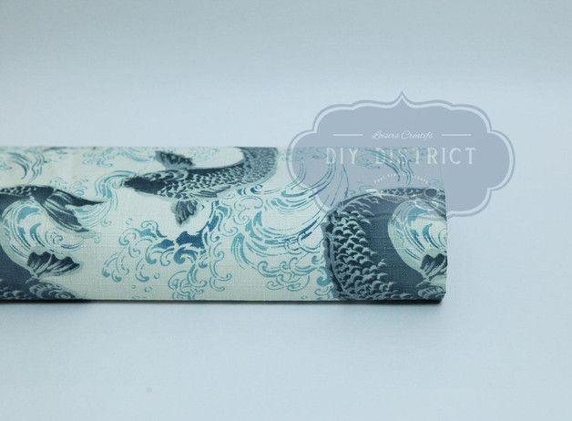 Giapponesi tessuti carpa Koi.  Panno giapponese carpe Koi blu stampato su leggermente sfondo azzurro. Tradizionale tessuto giapponese bella qualità possibile per tutte le creazioni vestiti,...
