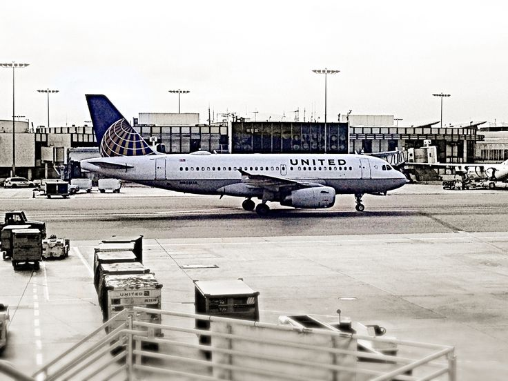 United A319 at LAX airport