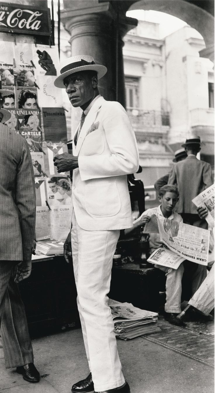 Walker Evans (1903-1975) - Citizen in Downtown Havana, Cuba, 1933. Tirage argentique de 1988 (54,4 x 29,6 cm)