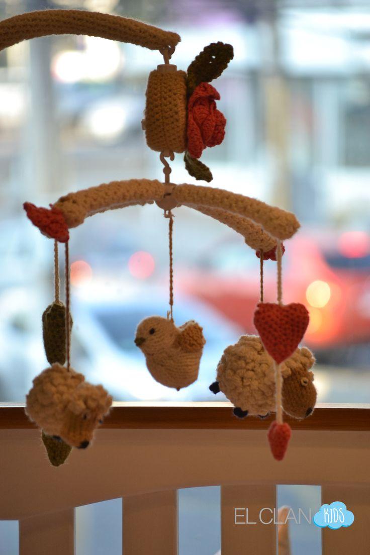 Móvil para cuna tejido a crochet con música...en El Clan Kids!