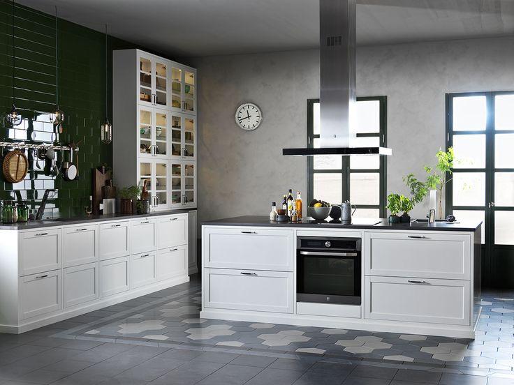 Ett vitt kök med traditionella detaljer. Den vita köksluckan Gastro byggs in med distanser och utanpåliggande sockel, allt för att skapa den där härliga känslan av platsbyggt kök.   Ballingslöv