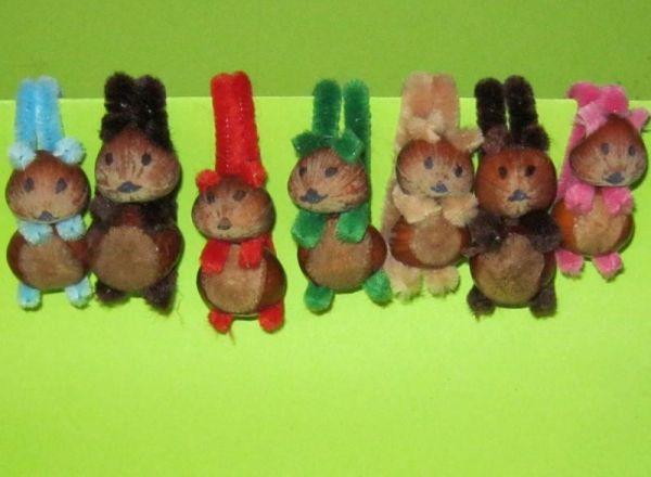 Eichhörnchen basteln aus Haselnüssen und Pfeiffenputzern http://www.kreativ-portal.de/anleitungen/geschenke/eichhoernchen-basteln