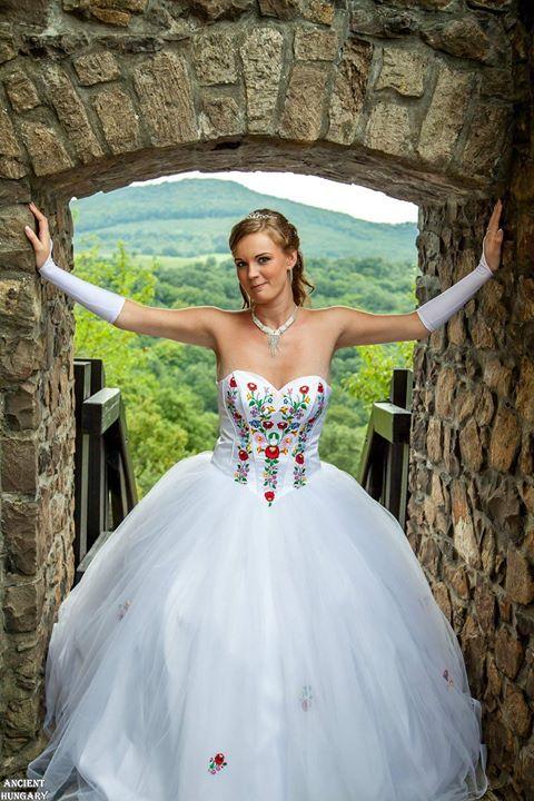 A magyar stílus megunhatatlanul szép! <3 :) The Hungarian style is everlastingly beautiful! Hagyományőrző esküvő... Van szebb? :).