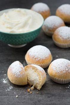 Fiocchi di neve: soffici, golosi e ripieni di una deliziosa crema al latte e ricotta. [Milk cream brioche balls]