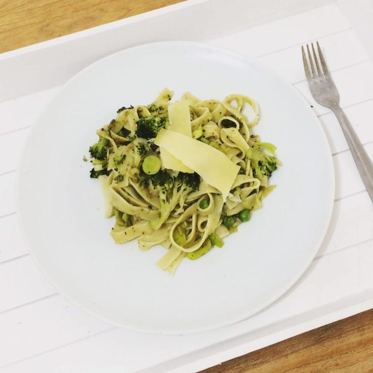 Tagliatelle pesto with leeks, peas and brocolli a simple healthy easy vegetarian recipe