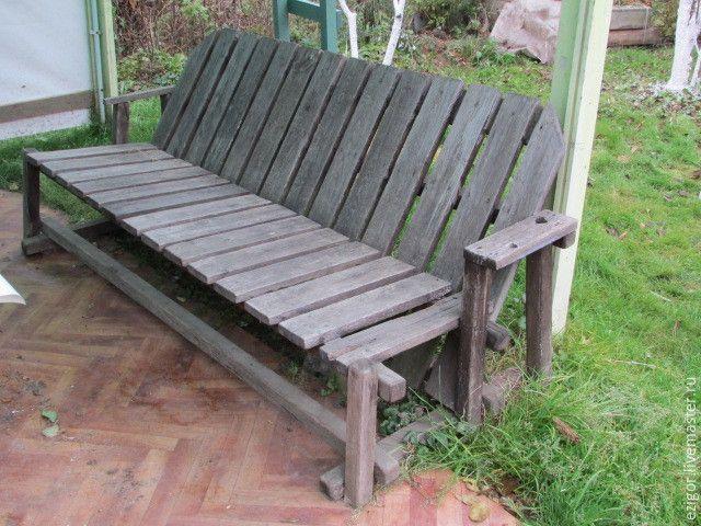 Когда-то, лет десять назад, моим братом было сделано вот такое кресло для сада. Которое сразу всеми полюбилось, причём не только домашними, но и гостями. До сих пор помню, как на посиделках все старались занять именно его. Как видите, полюбили его не только люди. Довольно простое по своей конструкции, в то же время оригинальное и очень, очень удобное. Не требует специального инструмента.