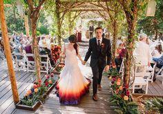 Noiva tinge vestido de casamento para combinar com seu cabelo multicolorido -  e…