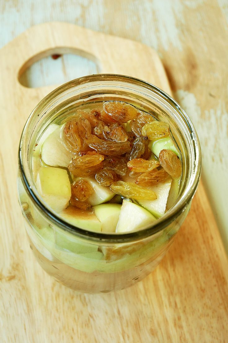 Делаем домашние фруктовые дрожжи! Потребуется около горсти таких фруктов, плюс, можно добавить немного изюма для разгула дрожжей. Складываем подготовленные фрукты в баночку (у меня обычная поллитровая), заливаем водой комнатной темепературы, добавляем ложку меда или сахара, размешиваем, банку закрываем крышкой и прячем в спокойное место на 2-3 дня. В банке должно начаться брожение.