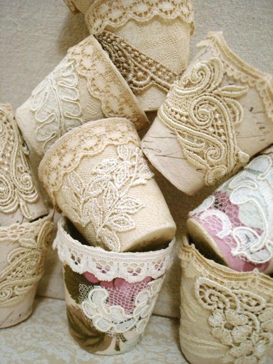 teracotta potjes, met  lapjes stof en kant