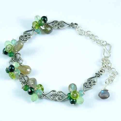 Bali bransoleta Delikatna, subtelna  łącząca w sobie elegancję i świeżość. Wykonana została z kamieni w barwach jesiennej zieleni: fasetowane brioletty labradorytu, kwarc szmaragdowy, apatyt, awenturyn, peridot oraz perły słodkowodne w kuferart.pl