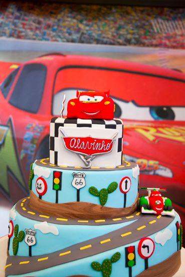 Escolhi o tema Carros, da Disney, para a festa de 3 anos do Olavinho! Este foi o bolo mais lindo dos Carros que eu já vi, graças às meninas da Piece of Cake! Veja mais fotos no post do blog.