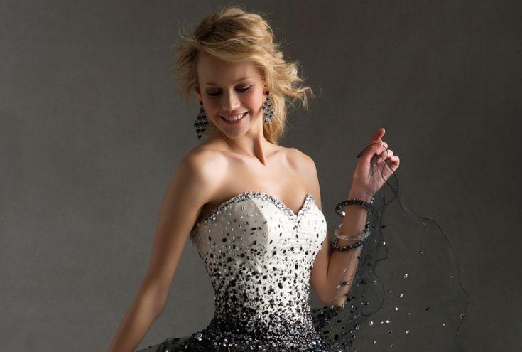Frisur für trägerloses Kleid – 33 Hochzeits- und Abschlussballideen   – Styles De Cheveux