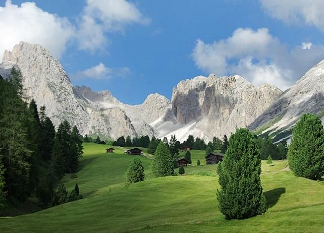 Selva di Val Gardena Es una comunidad ubicada en a orillas de los alpes y rodeada de grandes bosques.