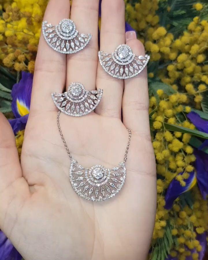 Lacin Ticaret Merkezi Xalqlar On Instagram Dunyanin Butun Sergilerinden Getirilmis Qizil Briliyant Zinet Jewelry Diamond Dreams Diamond