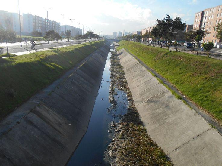 Un total de 1.188 metros de los 1.361 que componen el canal Castilla, han sido intervenidos por el personal operativo y técnico de Aguas de Bogotá (Convenio 008 de 2015), que aliados con la comunidad de Tintal, han desarrollado acciones en esta zona de la ciudad.  Desde el pasado 2 de diciembre, y para dar respuesta a los requerimientos de los habitantes, AB, inició las labores de limpieza, extracción de residuos mixtos, deshierbe y corte de césped en el canal Castilla. Acá el antes.