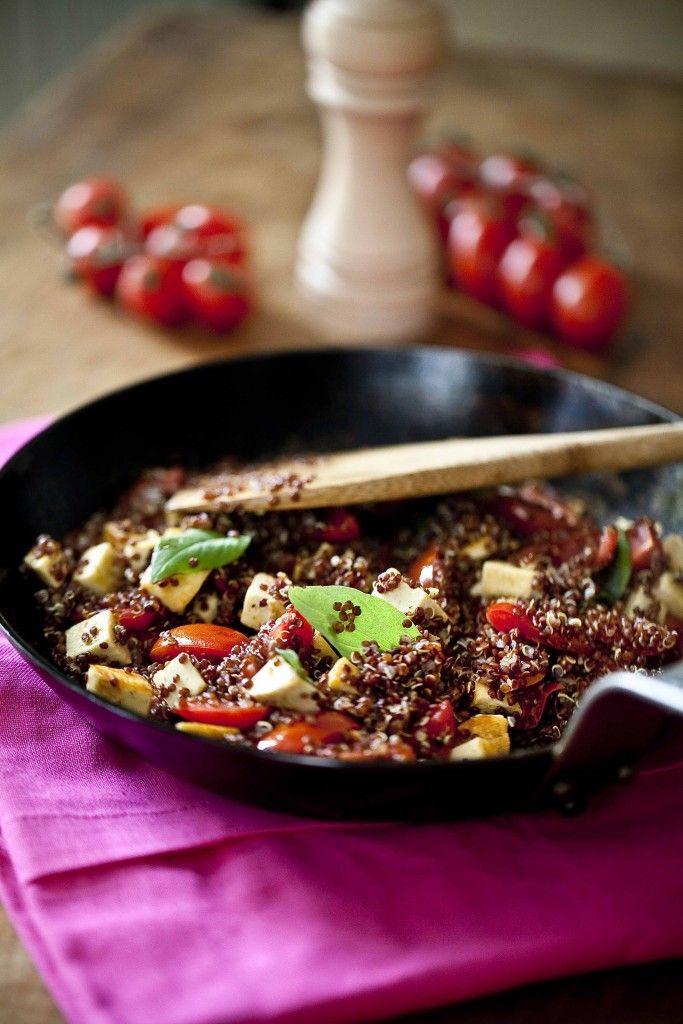 Sauté de soja à l'emmenthal et quinoa rouge (Tofinelle de Soy) Plat principal végétarien chaud et équilibré. Le tofu et le quinoa mariés aux céréales garantissent un apport en protéines. Cette recette rapide, facile et simple permet de multiples variantes en fonction des saisons et des envies. © Anne Demay-Reverdy © Panier de Saison