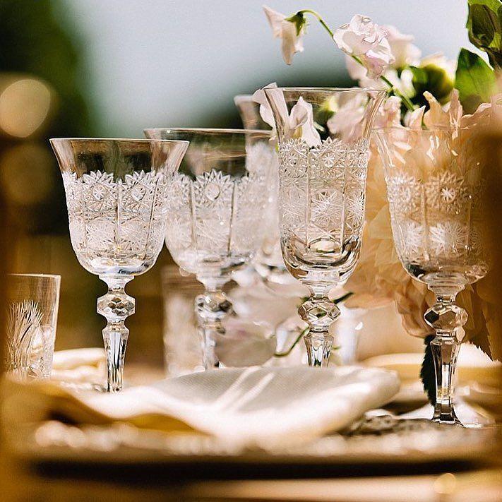 Cristal tallado nos encanta esta imagen que nos envía @annagazdaphotography de una de nuestras boda con @tuccoweddingsanduniqueaffairs . . . #luxuryweddings #bodas2017 #glassware #engraged #cristaleria #cristaleriatallada
