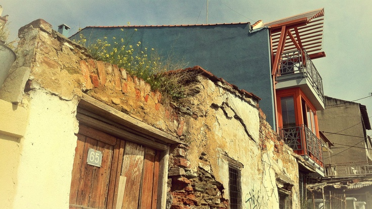 The old house in Potidaias St. is left to fade to pieces next to a modern one, recently built or renovated, like those that are slowly taking over the Ano Poli quarter. (Walking Thessaloniki, Route 09 - Upper Town a)