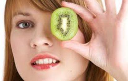 Salud ojos: La dieta también cuenta - Salud ojos: La dieta también cuenta. La alimentación juega un papel esencial no solo para cuidar nuestra salud en general, sino la de nuestros ojos. Así, por ejemplo, llevar una dieta desequilibrada o pobre en frutas y verduras, nos hace más vulnerables a padecer cataratas o degeneración macular.