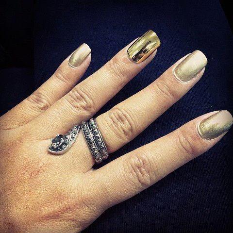 #ExperiênciaEsmaltística  Esmalte dourado +cobertura fosca e uma unha postiça apenas no dedo anelar.