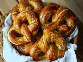 Krásnou uplakanou sobotu.   ♥   Nedávno jsem objevila na blogu u Maryny  recept na domácí preclíky a protože mám raději slané než slad...