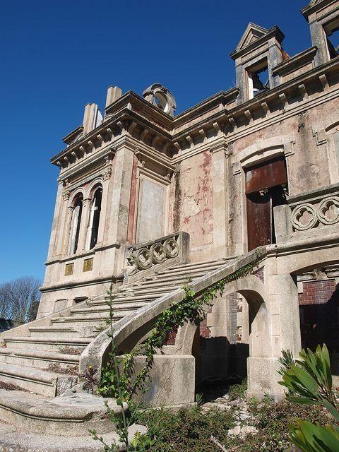 abandoned mansion near Porto, Portugal... photo by Hugo Cardoso by AislingH