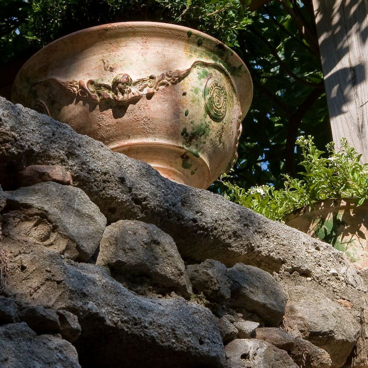 Poterie Le Chêne Vert, coupe Régence au décor de vase d'Anduze, article de décoration émaillé ou patiné antica