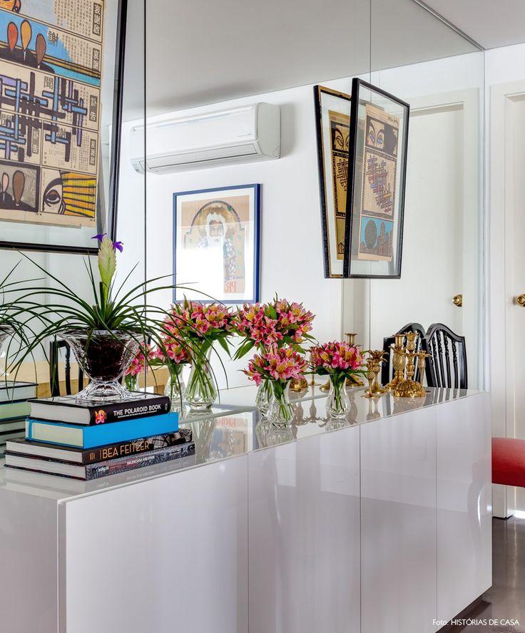 Como Usar Buffet Na Sala De Jantar ~ Buffet de laca cinza na sala de jantar com livros, flores e quadros ao