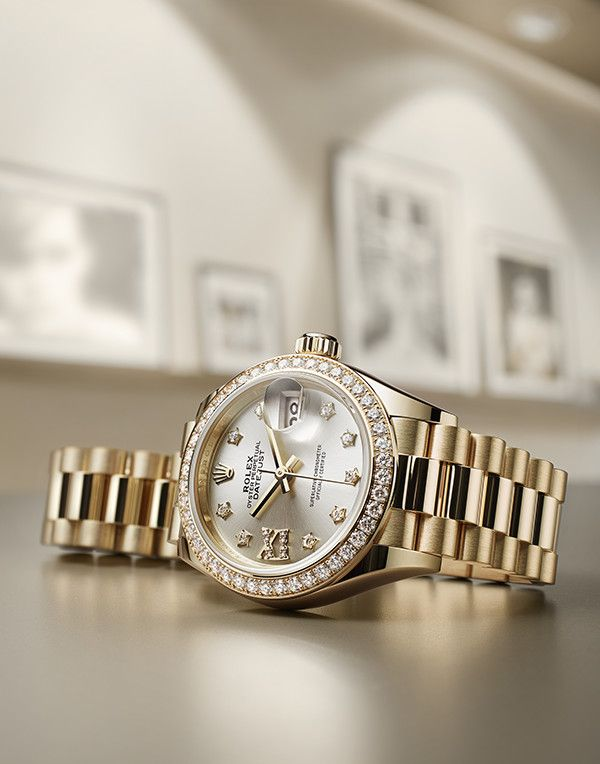 The Rolex Lady-Datejust 28, made of gold and set with stars.