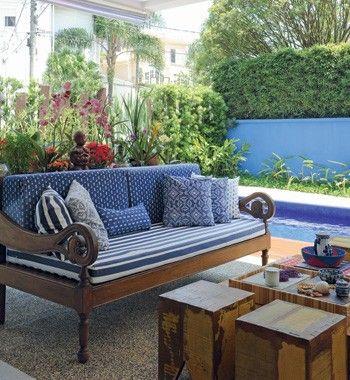 A arquiteta quis trazer o clima rústico das paisagens de Trancoso à decoração de sua casa, em São Paulo. Para isso, investiu em móveis de madeira de demolição. A mesa de centro, os banquinhos e o sofá foram comprados em uma viagem a Tiradentes (Foto: Casa e Jardim)