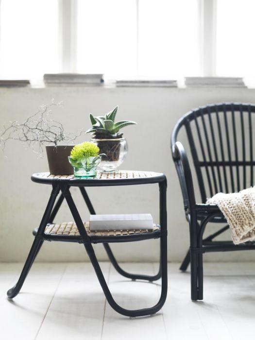 Le style de cette table d'appoint NIPPRIG se distingue par ses formes arrondis. Parfait pour rafraîchir votre décor printanier!