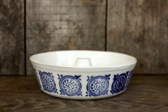 White and blue cake mold.    Stoneware.      Moule à gâteau blanc et bleu.    Grès.    Height : approx. 2,5  Diameter: approx. 8 1/2